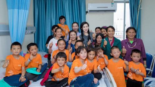 范冰冰医院探望心脏病儿童 穿T恤扎麻花辫简单清新