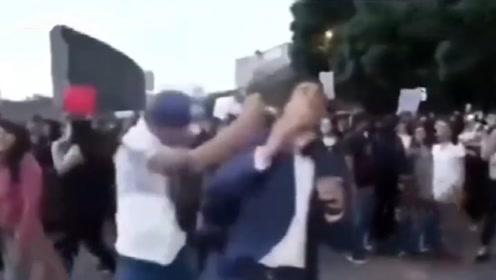 一拳KO!墨西哥发生游行示威,记者直播被路人一拳打倒