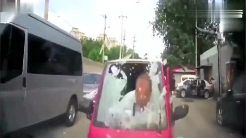 绿灯一亮我笑了,又是一个倒挡起步的女司机!
