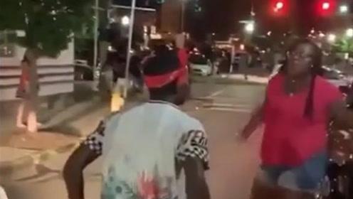 男子街头叫嚣挑衅 遭大块头女子一拳KO当场倒地