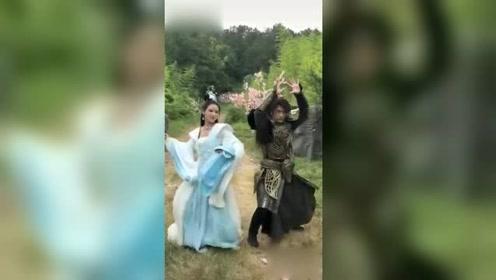 朱梓骁张予曦穿古装大跳摇摆舞 网友:舞姿妖娆