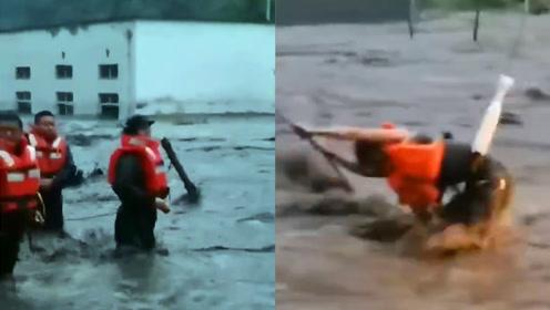 山洪突袭汶川一男子被困,机智消防挖掘机绑管救人