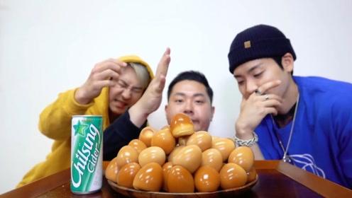 韩国吃播挑战卤鸡蛋,50个鸡蛋三人轮着来,真是苦了最后一位了