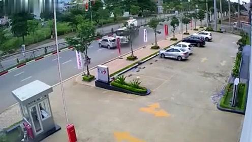 罐车突然失控,原因是躲避非机动车