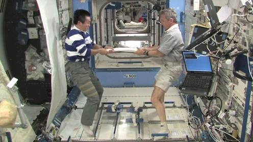 在太空玩拔河是什么体验?宇航员真能玩一辈子!