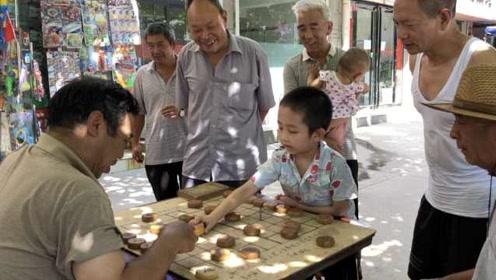 8岁男孩每天冲街头下象棋,能赢老棋友,妈妈吐槽着魔了