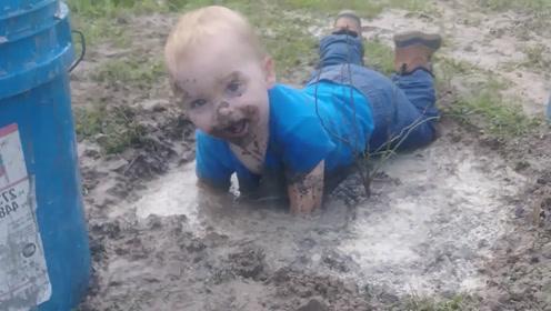 宝宝在泥潭里玩嗨了,妈妈已经三天没打他了