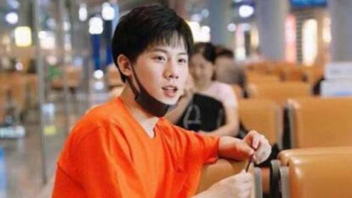 """""""方一凡""""周奇现身机场,橘色T恤搭休闲裤,少年感十足"""