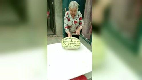 老奶奶手起刀落,宝刀未老!就是这桌子遭罪了