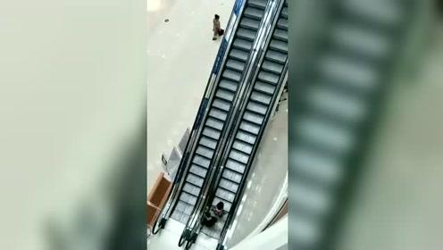 大妈:免费的电梯,能乘几次是几次,不坐吃亏了