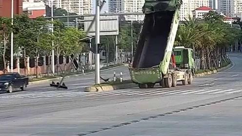 """""""变形金刚""""忘记复原直接上路 一下撞断路口红绿灯"""