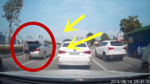 轿车红绿灯钱突然停车,走到车后办这事,后车立马报警!