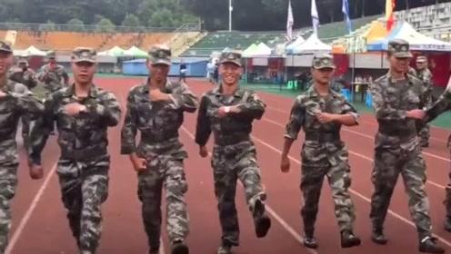 军训教官集体示范顺拐走步,同手同脚都走的那么自然