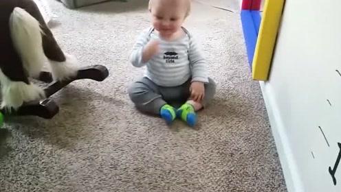 小宝宝们的爬行方式太独特了,不用手脚都可以快速移步,太逗了