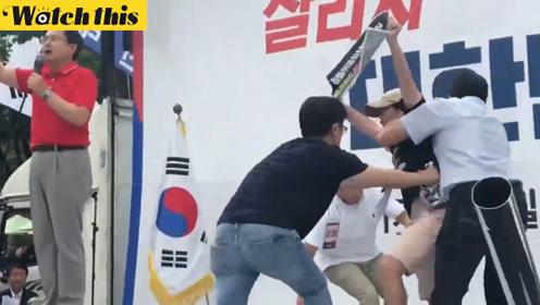 韩国自韩党首在场外发表演讲 不料被不断乱入'捣乱'市民抢镜