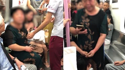 大妈因占座打哭女孩还称女孩先动手 反被乘客反驳:你先动的手!