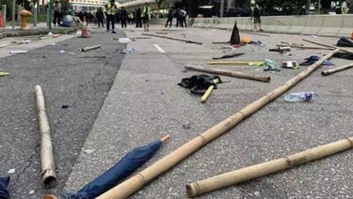 """害怕被""""人脸识别"""",香港黑衣暴徒拿电锯破坏灯柱"""