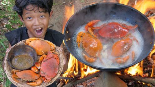 论大螃蟹的正确吃法,直接煮熟蘸酱吃,小伙吃的手舞足蹈