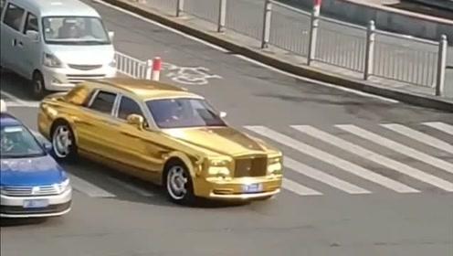 这辆金色的劳斯莱斯这么牛吗?都不礼让行人