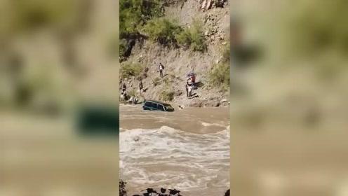 湖北避暑自驾车不幸坠河,岸上群众着急大喊:快开车门跳
