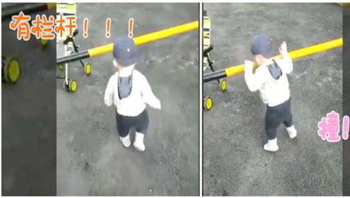 1岁宝宝在走路,突然被一条栏杆困住,下一秒动作,太蠢萌了