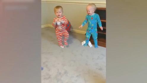 见过双胞胎宝宝打架吗?让人意想不到,根本分不清!