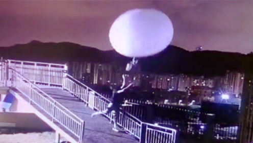 台风天施放探空气球 气象小哥被拽得摇摆不定