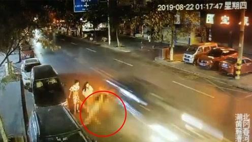 2男1女凌晨马路中并排行走 外侧男子被疾驰小车瞬间撞飞
