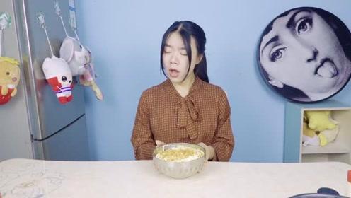 妹子作死尝试薯片蛋黄酱辣椒面盖饭,一口下去表情亮了!