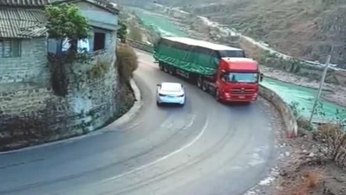 这才是有良心的大货车司机,遇到急拐弯提前按喇叭提醒来车