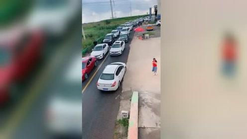 堵车的尽头让人崩溃,只是一些人不遵守规则