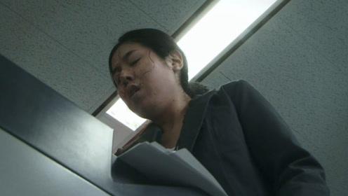 女孩无意弄坏上司的东西,为了不被开除,她将手指放进了碎纸机