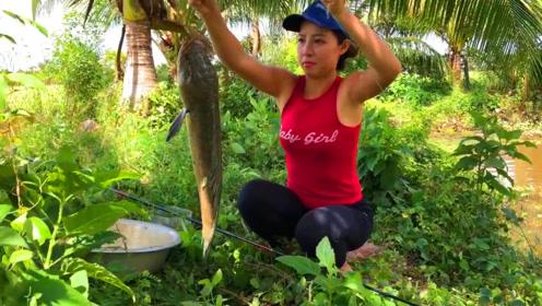农村女孩买了新鱼竿,钓了一条大鱼,这真是开心了