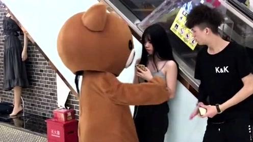 网红熊不好好干活,天天就知道在外面撩妹子,你不挨打才怪