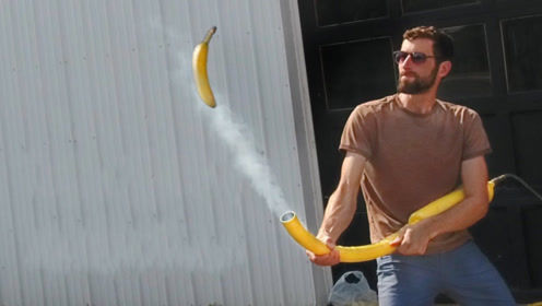 如何使香蕉砸碎砖块?老外亲身示范,香蕉时速竟高达482公里!