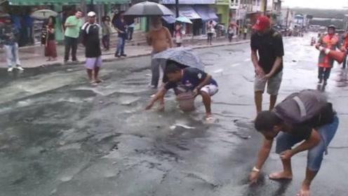 澳洲暴雨过后,下水道不断涌动,路人全都惊呆了