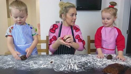 萌娃们可真是会玩呢!两个小家伙真是棒棒哒!萌娃:我会做饼干了