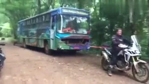 本田非洲双缸真正的全地形车型,经拉的动大巴车,厉害了
