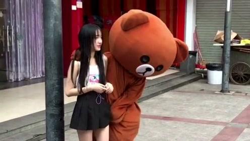 网红熊好心帮助小姐姐,没想到还挨打,真的是太难了
