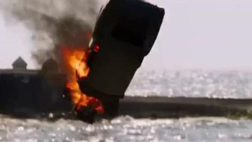 一辆老爷车海边惊险撞车,路人们在欢呼,真是太危险了