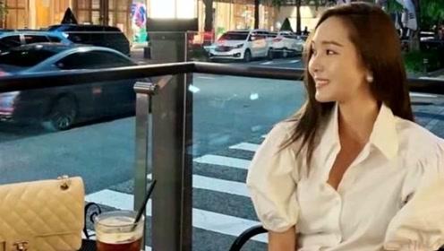 郑秀妍经典衬衫穿搭,碎花点缀休闲又不失优雅