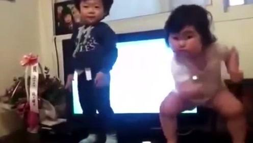 双胞胎妹妹非要拉上哥哥跳舞,肉嘟嘟抖来抖去,那舞姿看完不许笑