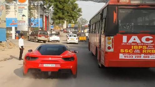 老外开法拉利在闹市飙车,却被公交车挡住去路,下一秒上演霸气