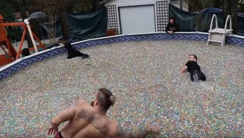 小伙将100万颗水宝宝倒进泳池,泡大后跳下,没想到结果是这样