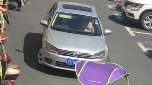 女司机在露天停车场停车,一顿左右来回的操作,终于停了进去!