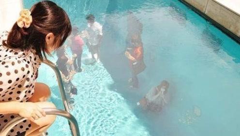神奇的泳池,在泳池中人们的衣服不会湿,还能随意走动!