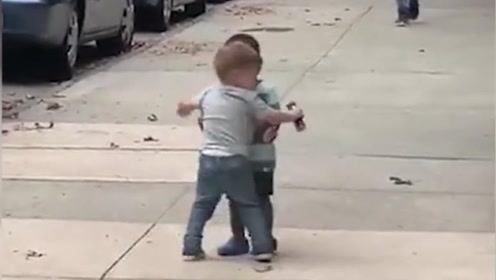 两名不同肤色的小男孩街头深情相拥 纯真友谊超可爱