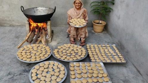 60岁土豪老太村口免费做美食,200个土豆饼,78孩子吃到撑