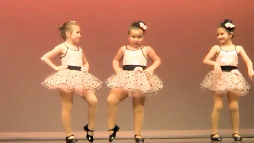 4岁女孩全程拒绝表演,不料竟嗨翻全场,老师校长都笑惨了