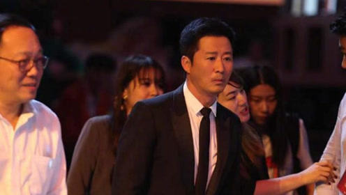 吴京和自己的偶像成龙说悄悄话忘记登台 求助旁观者太逗了